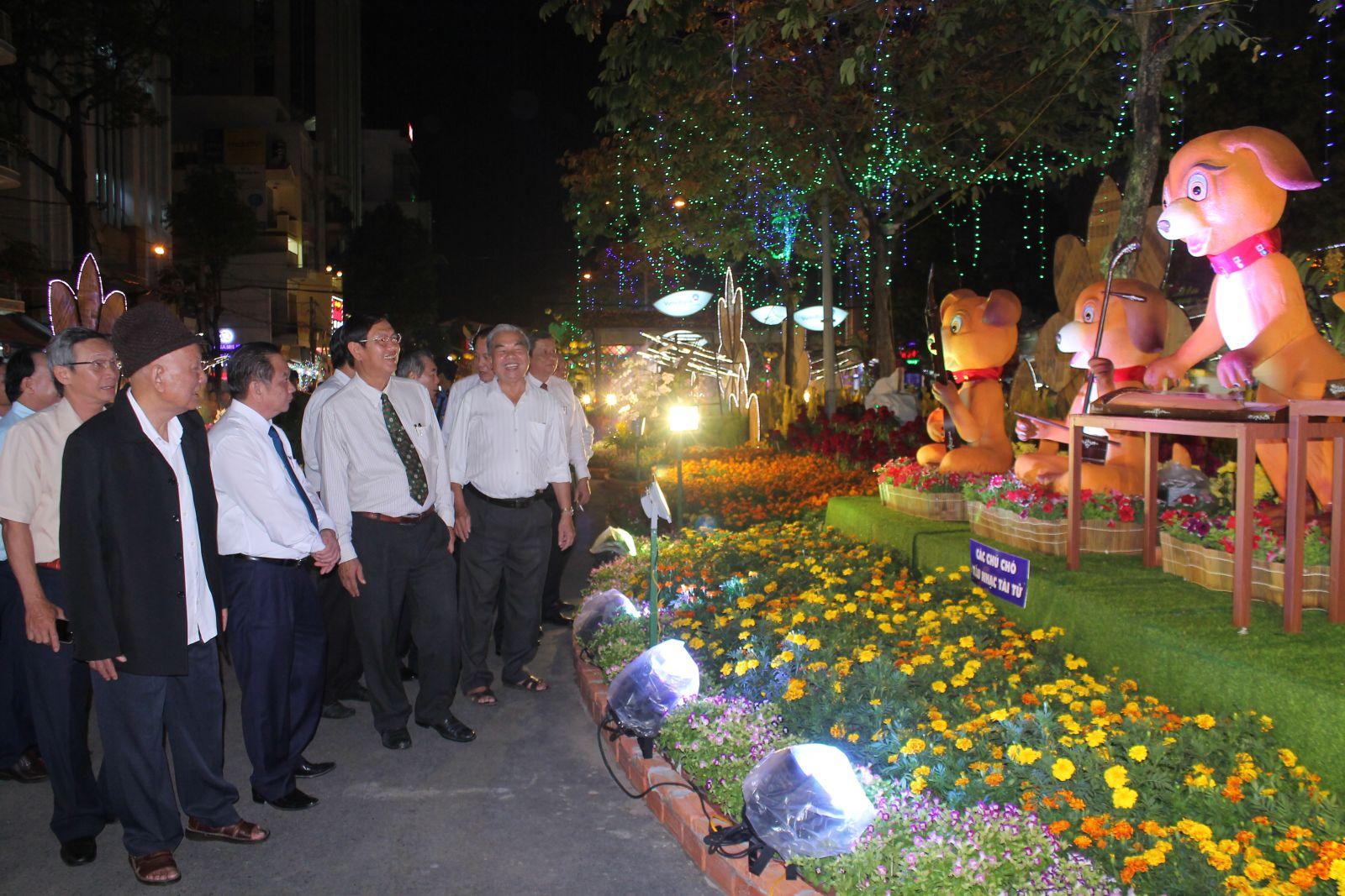 Các vị lãnh đạo thành phố tham quan đường hoa