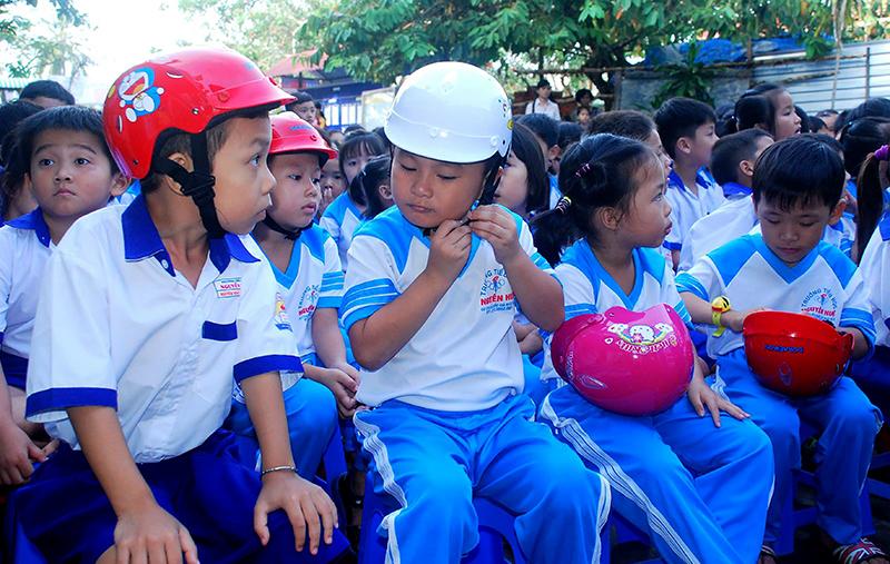Học sinh trên địa bàn quận Ô Môn vui mừng khi nhận được MBH đạt chuẩn. Ảnh: XUÂN ĐÀO