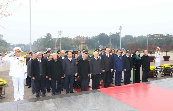 Lãnh đạo Đảng, Nhà nước đặt vòng hoa và vào Lăng viếng Chủ tịch Hồ Chí Minh. Nguồn: TTXVN