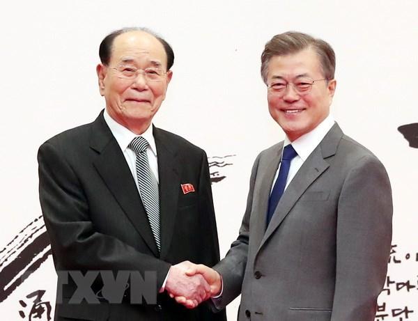 Chủ tịch Đoàn Chủ tịch Hội nghị Nhân dân Tối cao Triều Tiên Kim Yong-nam (trái) và Tổng thống Hàn Quốc Moon Jae-in. (Nguồn: Yonhap/TTXVN)