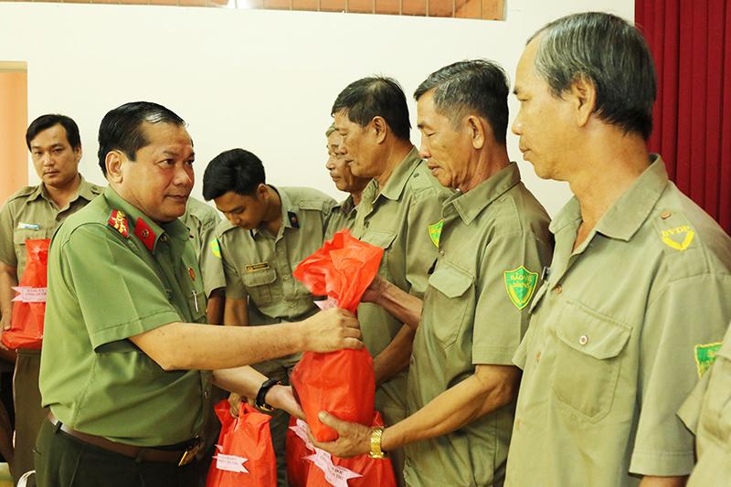 Đại tá – Tiến sĩ Nguyễn Văn Thuận, Thành ủy viên, Phó Bí thư Đảng ủy, Phó Giám đốc Công an thành phố Cần Thơ  tặng quà cho lực lượng BVDP quận Cái Răng.