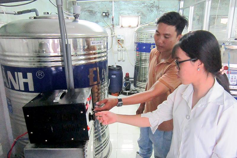 Bể lọc làm tơi nước bằng hệ thống từ trường được lắp đặt và sử dụng tại Công ty TNHH ADTES trong sản xuất nước uống. Ảnh: LỆ THU