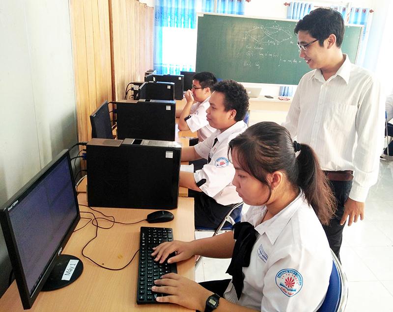 Giờ học môn Tin học của học sinh trong đội tuyển học sinh giỏi cấp thành phố ở Trường THPT Chuyên Lý Tự Trọng. Ảnh: B.KIÊN