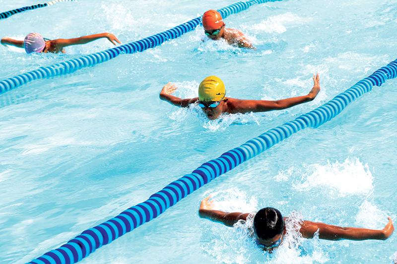 Các VĐV đội năng khiếu bơi lội Cần Thơ tập bơi bướm rất hăng say bất chấp cái nắng gay gắt.