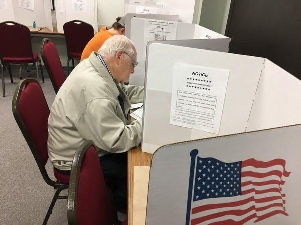 Cử tri Mỹ bỏ phiếu bầu Tổng thống Mỹ 2016 tại điểm bầu cử sớm ở Eau Claire, Wisconsin ngày 1-11-2016. Nguồn: AFP/ TTXVN