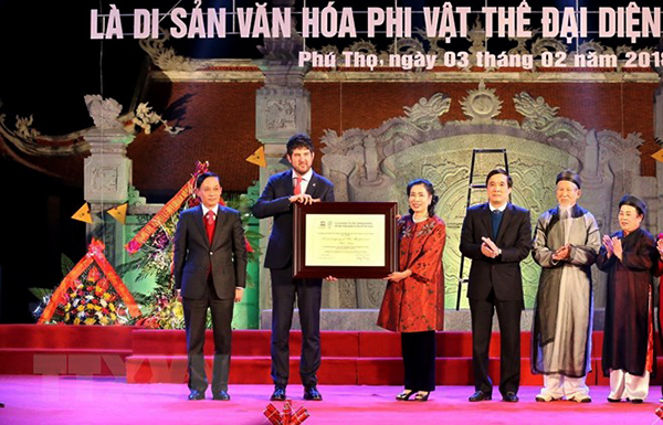 Đón bằng UNESCO ghi danh Hát Xoan Phú Thọ là Di sản văn hóa phi vật thể đại diện của nhân loại. Ảnh: TRUNG KIÊN/TTXVN