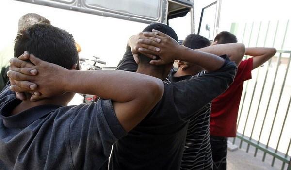 Những người nhập cư trái phép bị bắt giữ ở Mỹ. Nguồn: AP