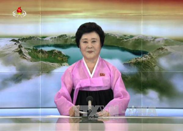 Phát thanh viên Đài truyền hình trung ương Triều Tiên trong một bản tin thời sự. Ảnh: Yonhap/TTXVN