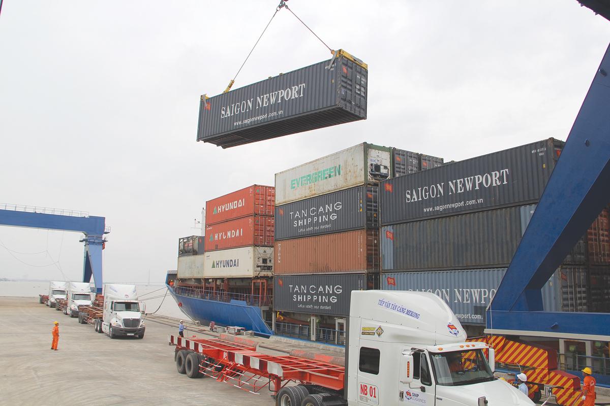Chuyến tàu container thương mại đầu tiên cặp Cảng Tân Cảng-Cái Cui trong dịp khai trương luồng Quan Chánh Bố phục vụ cho tàu biển tải trọng lớn ra vào các cảng trên sông Hậu.