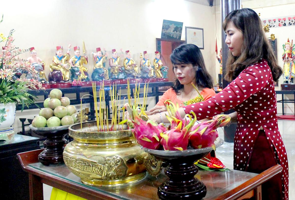 Đi chùa cầu an là nét văn hóa tâm linh của người Việt trong dịp đầu năm mới. (Trong ảnh: Người dân dâng hương và cầu an tại chùa Long Quang ở quận Bình Thủy). Ảnh: Lệ Thu