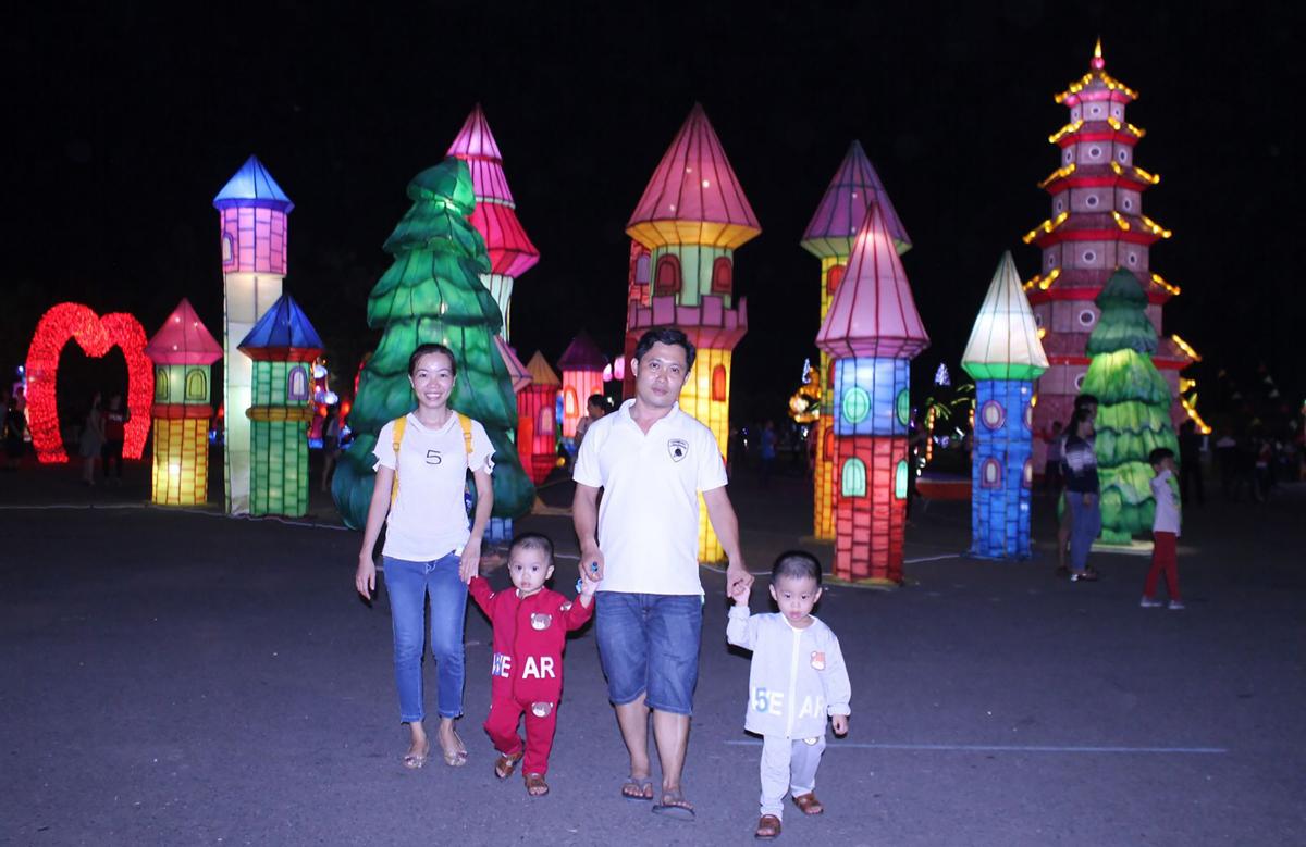 Một gia đìnhdu xuân tại Lễ hội đèn lồng khổng lồ Việt Nam – Hàn Quốc (ở quảng trường 586, phường Phú Thứ, quận  Cái Răng). Ảnh: Lệ Thu