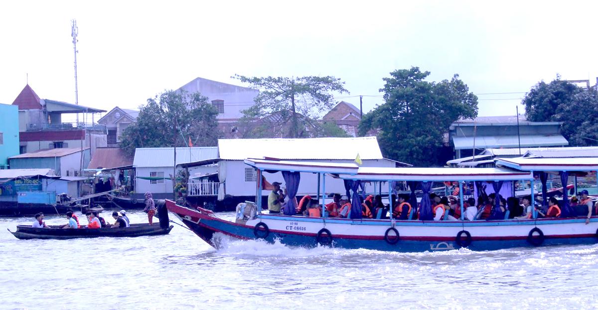 Nhiều tàu ghe chở khách du lịch tham quan chợ nổi Cái Răng vào ngày mùng 4 Tết. Ảnh: Lệ Thu