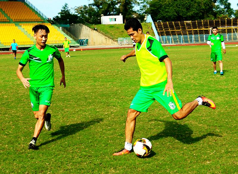 Trung vệ Văn Quân (phải) là cầu thủ hiếm hoi trưởng thành từ bóng đá Cần Thơ có mặt trong đội XSKT Cần Thơ từ khi lên hạng V.League. Ảnh: TRUNG PHẠM