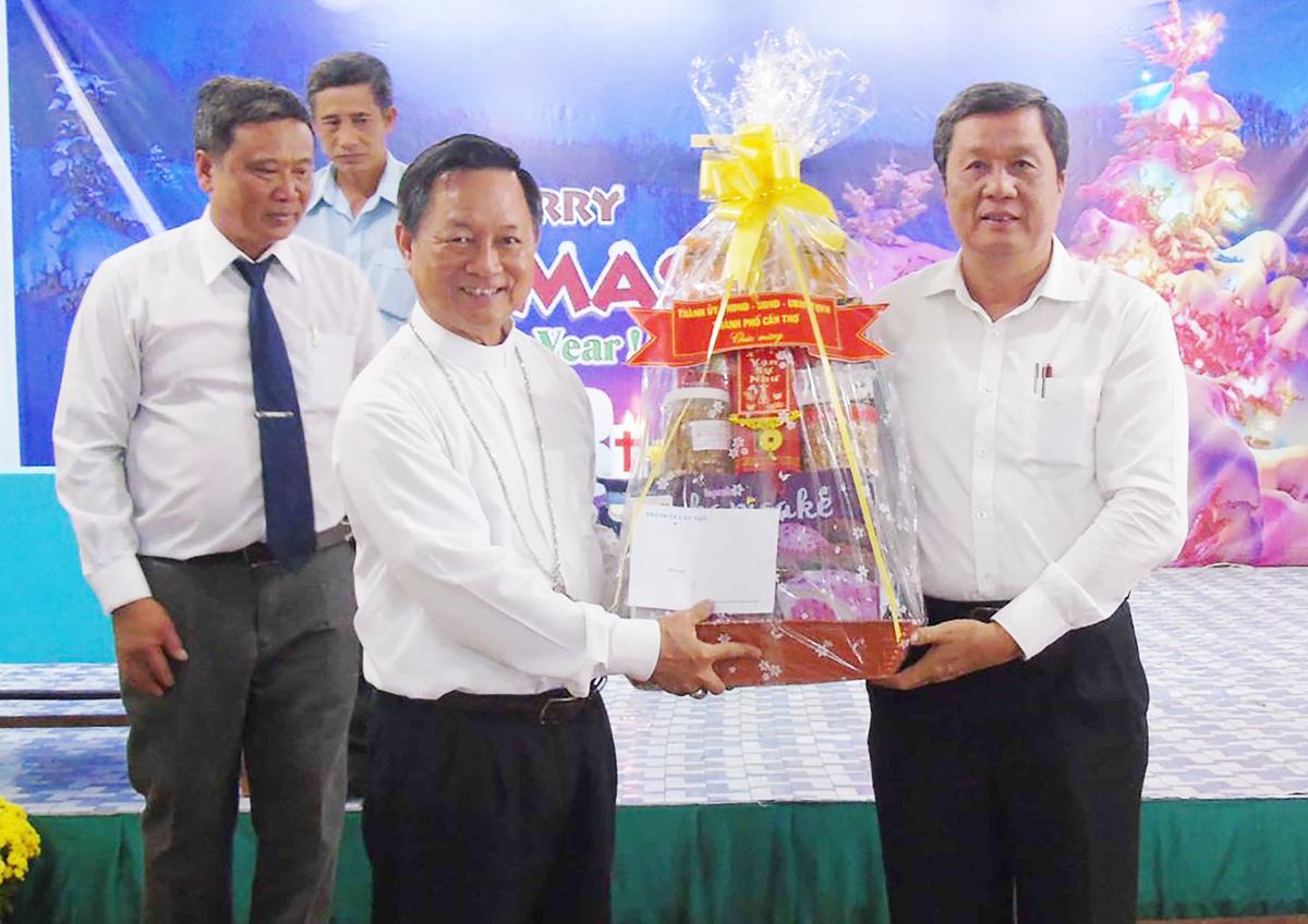 Đồng chí Phạm Văn Hiểu, Phó Bí thư Thường trực Thành ủy, Chủ tịch HĐND thành phố (bên phải) tặng quà Tòa Giám mục Long Xuyên.