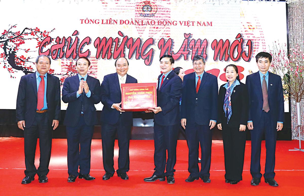 Thủ tướng Nguyễn Xuân Phúc đến chúc Tết cán bộ, công nhân viên và người lao động Tổng Liên đoàn Lao động Việt Nam. Ảnh: Thống Nhất -TTXVN