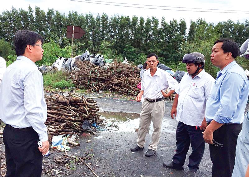 Bác sĩ Huỳnh Minh Trúc (bên trái) trao đổi với cán bộ y tế, chính quyền địa phương về tình hình SXH ở phường Phú Thứ, quận Cái Răng.