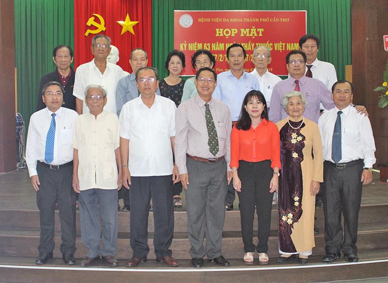 Lãnh đạo BV chụp ảnh lưu niệm với lãnh đạo thành phố và cán bộ lão thành cách mạng ngành y tế nhân buổi họp mặt.