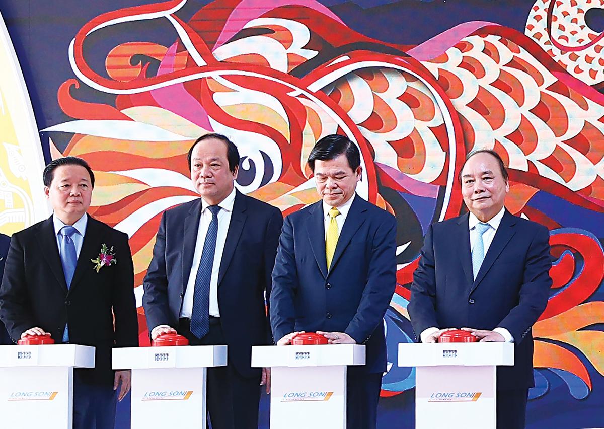 Thủ tướng Nguyễn Xuân Phúc và các đại biểu thực hiện nghi thức khởi công dự án. Ảnh: Thống Nhất-TTXVN