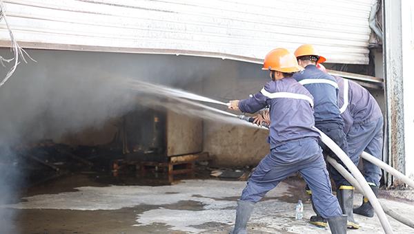Lực lượng chữa cháy đang tích cực dập lửa. Ảnh: Bình Dương Online