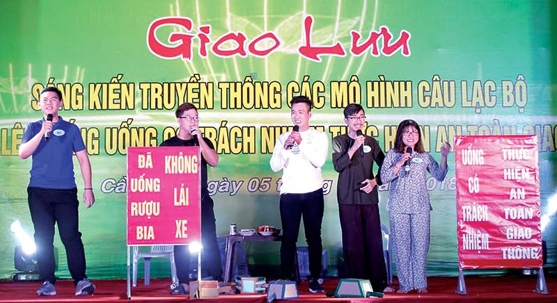 """Sáng kiến truyền thông của CLB """"Phụ nữ lên tiếng uống có trách nhiệm thực hiện ATGT"""" phường An Hội. Ảnh: Q.LAM"""