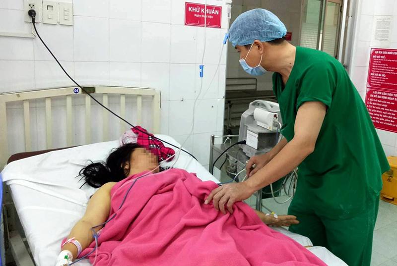 Bác sĩ Huỳnh Thanh Liêm kiểm tra tình trạng sức khỏe sản phụ sau phẫu thuật.
