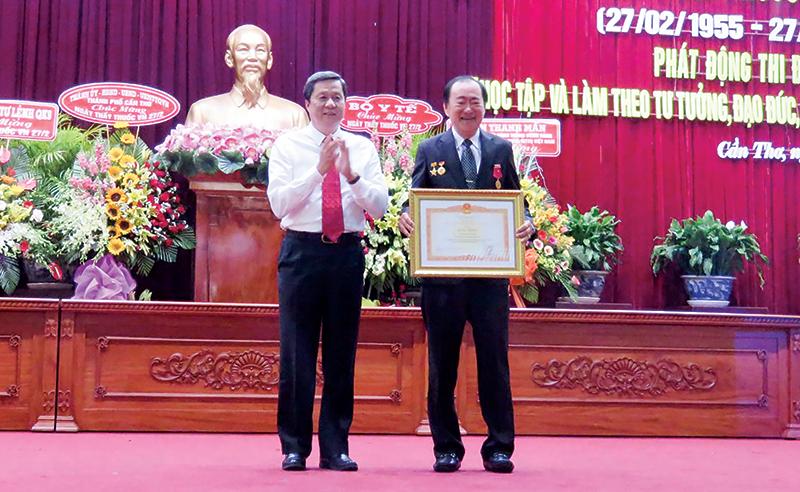 Phó Bí thư Thành ủy Phạm Văn Hiểu trao bằng khen của Thủ tướng Chính phủ cho bác sĩ Nguyễn Trung Nghĩa. Ảnh: H.HOA