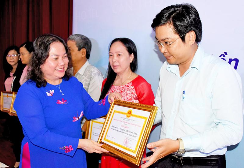 Bà Trần Thị Xuân Mai, Giám đốc Sở LĐ-TB&XH TP Cần Thơ, Phó trưởng Ban Thường trực Ban VSTB của phụ nữ thành phố trao giấy khen cho các đơn vị thực hiện tốt công tác BĐG và VSTB của phụ nữ. Ảnh: X.ĐÀO