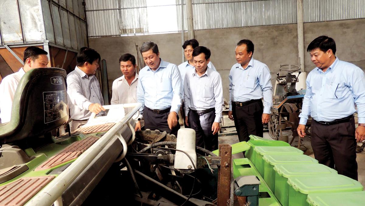 Lãnh đạo thành phố tham quan Xưởng sửa chữa lắp ráp gia công cơ khí củaHợp tác xã Nông nghiệp Đại Lợi.