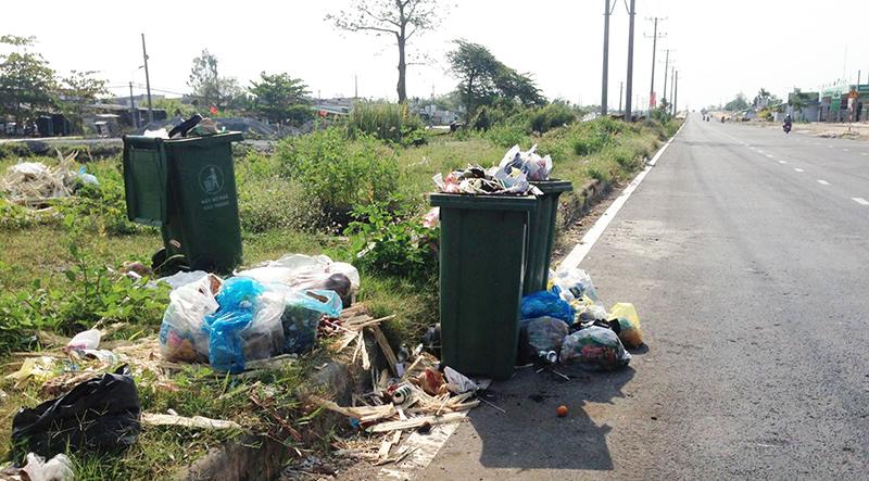 Nhiều đoạn ven đường trở thành bãi rác, bốc mùi.