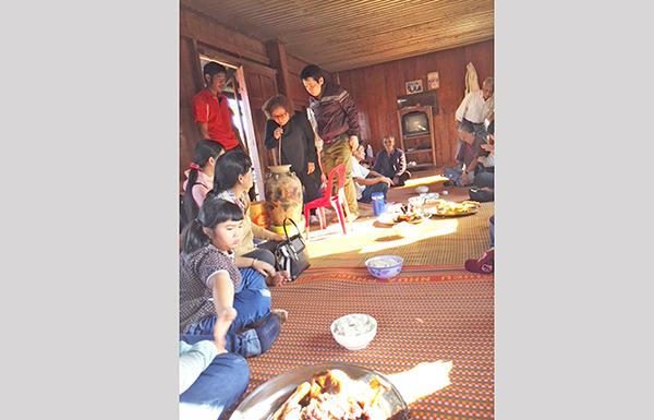 Bữa ăn tại nhà dài ở làng Đăng Đừng.
