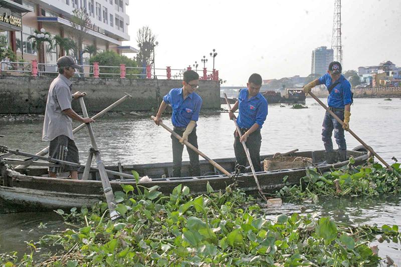 ĐVTN quận Ninh Kiều ra quân vệ sinh môi trường ở rạch Khai Luông, phường Cái Khế. Ảnh: Q. THÁI