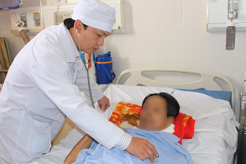 Một bệnh nhân mắc bệnh tiểu đường sử dụng thuốc gia truyền một thời gian, gây biến chứng suy đa tạng nặng. Ảnh: Hải Tiến