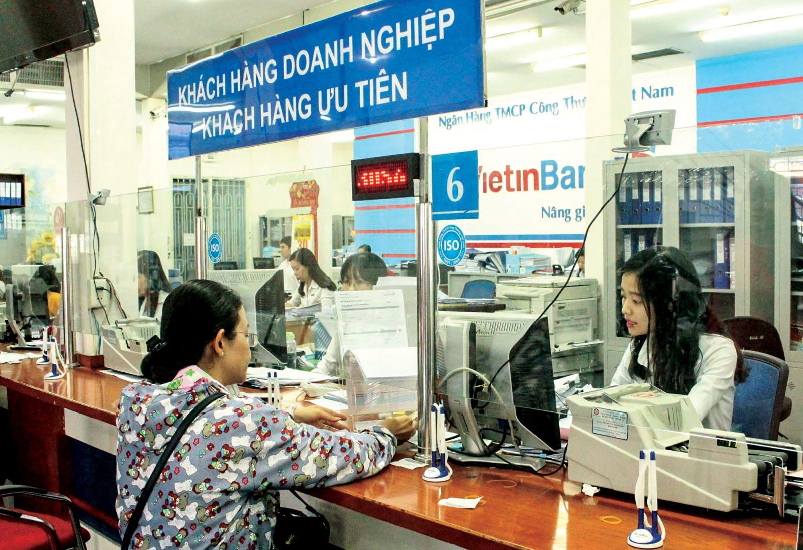 Khách hàng đến giao dịch tại Vietinbank Chi nhánh Cần Thơ. Ảnh: MINH HUYỀN