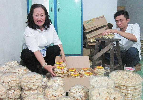 Bà Phan Nguyệt Ảnh kiểm tra khâu đóng gói sản phẩm bánh bột đậu. Ảnh: CÁT ĐẰNG