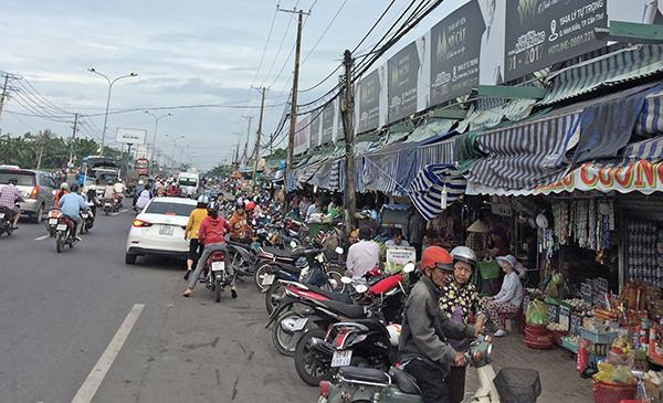 Người dân thường đậu xe lấn chiếm lòng đường Nguyễn Văn Linh, không đảm bảo ATGT.