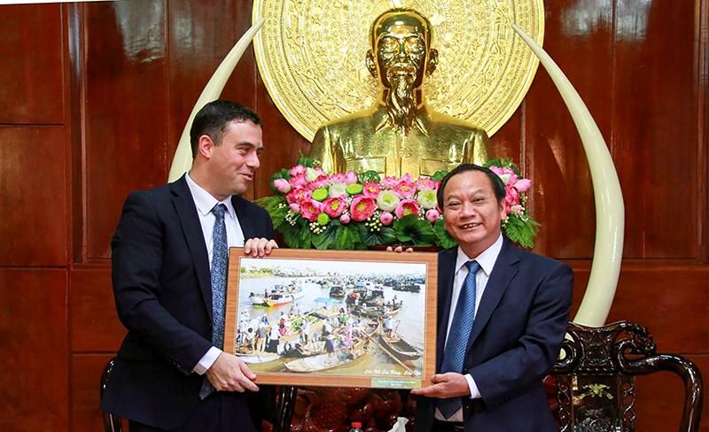 Đồng chí Trần Quốc Trung, Bí thư Thành ủy Cần Thơ (bên phải) tặng quà lưu niệm cho Ngài Nadav Eshcar, Đại sứ Israel tại Việt Nam.