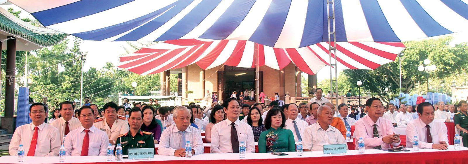 Các đồng chí lãnh đạo TP Cần Thơ tại lễ giỗ lần thứ 146 Thủ khoa Bùi Hữu Nghĩa. Ảnh: MINH TRƯỜNG