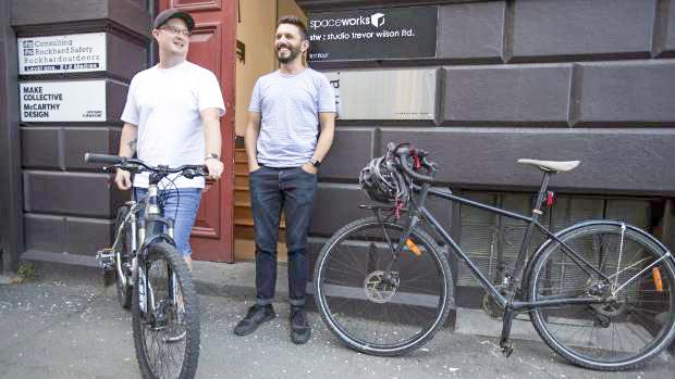 Anh Gilmore (trái) và ông chủ Chesney cùng đi làm bằng xe đạp.