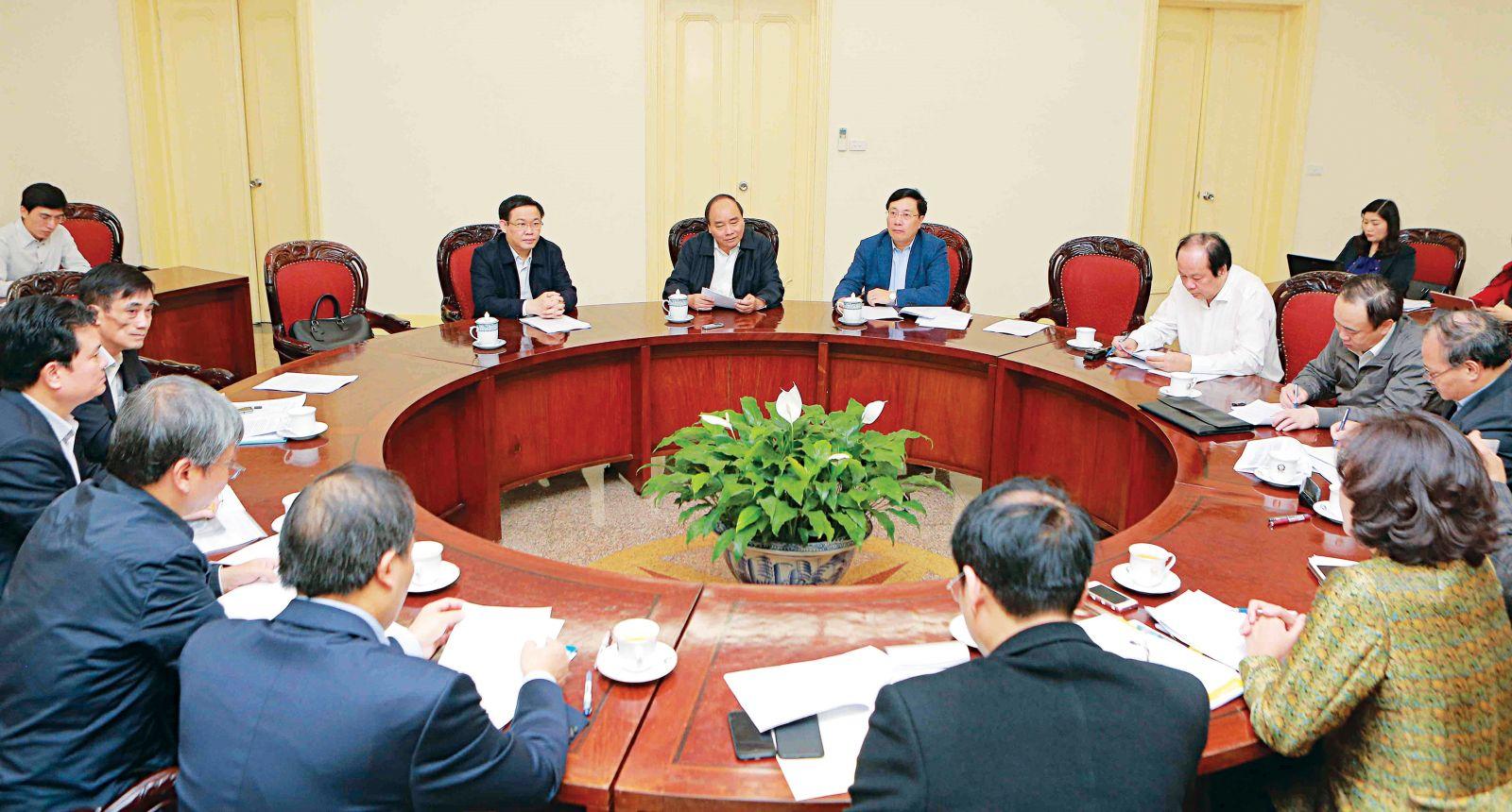 Thủ tướng Nguyễn Xuân Phúc chủ trì cuộc họp về tăng cường vốn vay ODA và vay ưu đãi cho chi đầu tư phát triển, không sử dụng cho chi thường xuyên. Ảnh: Dương Giang - TTXVN