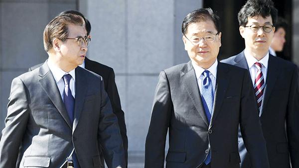 Giám đốc NIS Suh Hoon (trái) và ông Chung Eui-yong, đặc phái viên của Tổng thống Hàn Quốc. Ảnh: Reuters