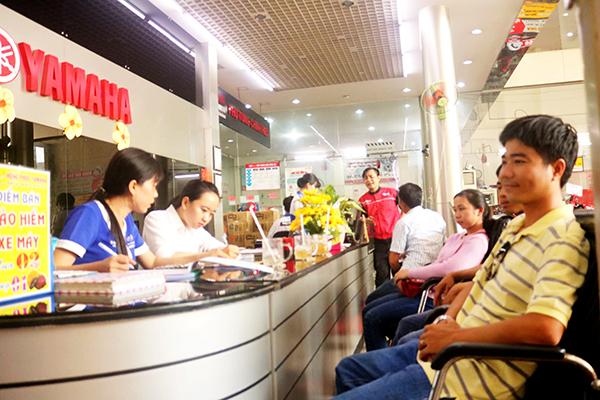 Khách hàng mua xe tại hệ thống Yamaha Hồng Phúc (ở quận Ninh Kiều) đều hài lòng trước sự hỗ trợ của nhân viên trong việc thực hiện thủ tục đăng ký xe. Ảnh: CHẤN HƯNG
