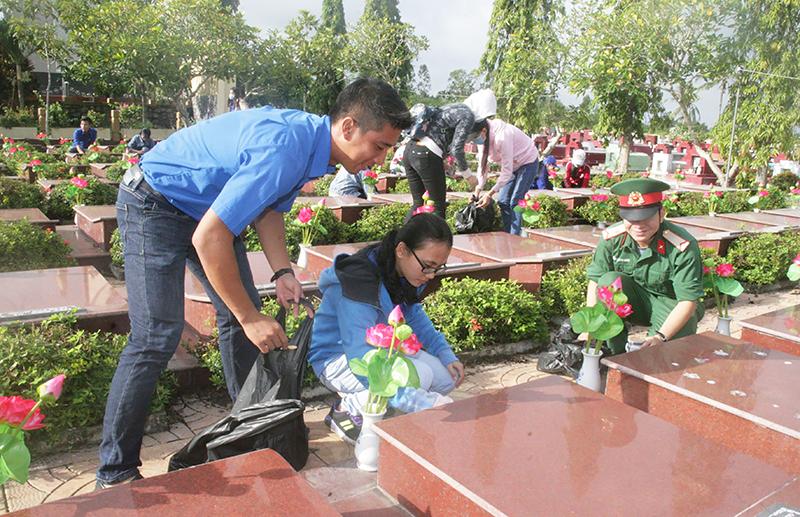 Cuối tuần, tuổi trẻ TP Cần Thơ tình nguyện vệ sinh, dọn dẹp và chăm sóc hoa kiểng Nghĩa trang Liệt sĩ Long Tuyền, quận Bình Thủy. Ảnh: Q. THÁI