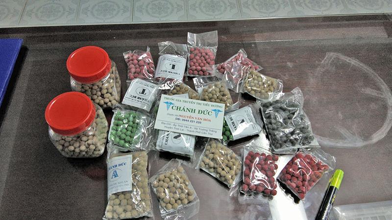 """Sở Y tế thành phố Cần Thơ thu mẫu thuốc """"thần dược"""" tại nhà ông Hòa – bà Tuyền để gởi kiểm nghiệm thành phần."""