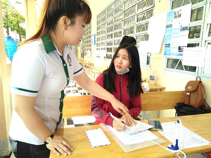 Thí sinh làm hồ sơ đăng ký dự tuyển vào Trường CĐ Kinh tế - Kỹ thuật Cần Thơ. Ảnh: B.NG