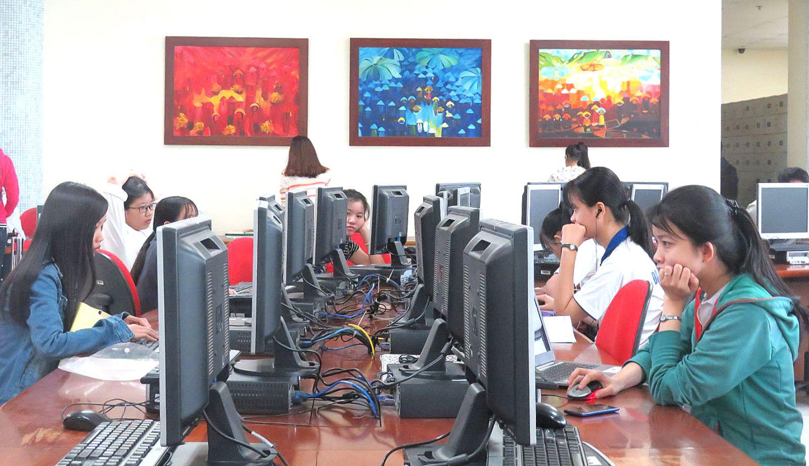 Sinh viên ĐH Cần Thơ tìm tài liệu học tập tại Trung tâm Học liệu của trường. Ảnh: B.NG