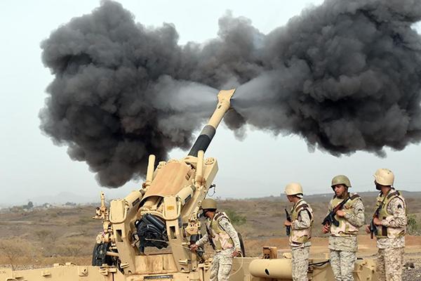 Binh sĩ Saudi Arabia bắn pháo về phía Yemen. Ảnh: Reuters