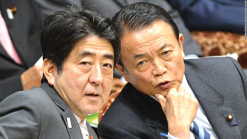 Thủ tướng Shinzo Abe (trái) và Bộ trưởng Tài chính Taro Aso. Ảnh: CNBC