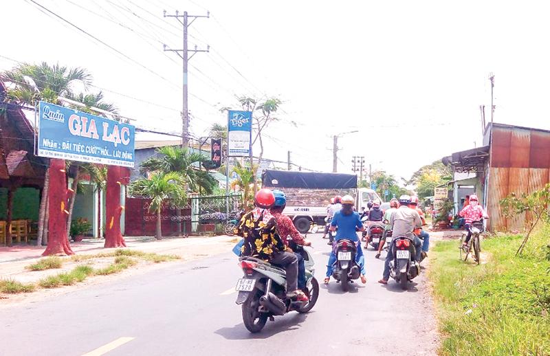 Tỉnh lộ 922 trên địa bàn huyện Thới Lai luôn tấp nập và đông phương tiện giao thông đi lại. Ảnh: HÀ VĂN