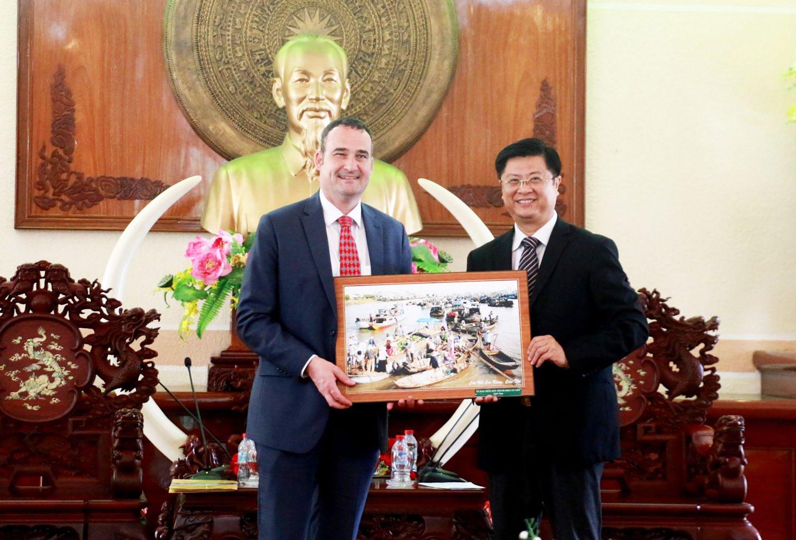 Phó Chủ tịch Trương Quang Hoài Nam tặng quà lưu niệm cho Tổng Lãnh sự Canada tại buổi tiếp. Ảnh: NAM HƯƠNG