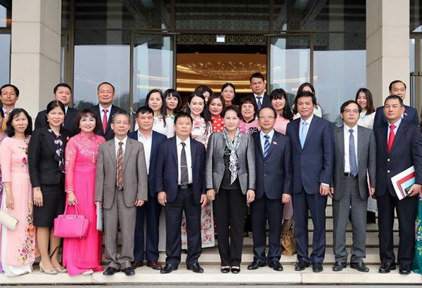 Chủ tịch Quốc hội Nguyễn Thị Kim Ngân chụp ảnh chung với các doanh nghiệp nhỏ và vừa Việt Nam. Ảnh: TRỌNG ĐỨC/TTXVN